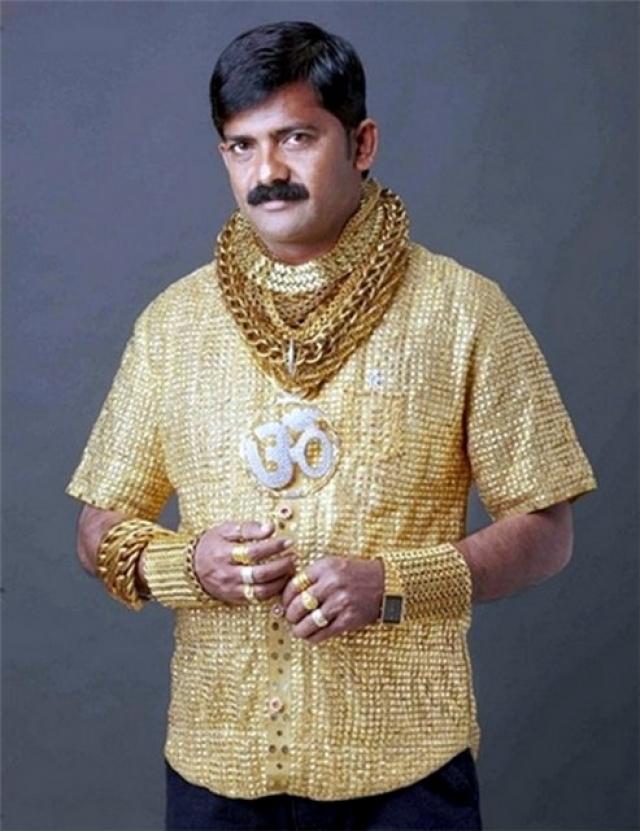 Дата Фуджа , успешный индийский ростовщик. Ювелиры потратили две недели на изготовление причуды для миллионера - 7-фунтовой золотой рубашки. Предмет одежды изготовлен из 22-каратного золота. 1400 золотых толстых нитей сплетаются в замысловатый узор.