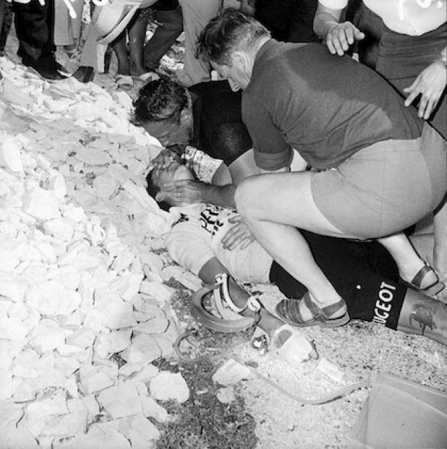 Менеджер и механик его команды уговаривали остановиться и дождаться врачей, но Симпсон продолжил крутить педали, пока не упал без сознания.