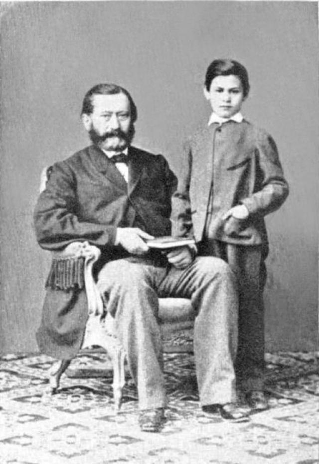 Зигмунд Фрейд рос в многодетной семье (его мать родила еще 7 детей, а у его отца было 2 от предыдущего брака). Доподлинно известно, что его отец был очень строгим и за любую оплошность наказывал.