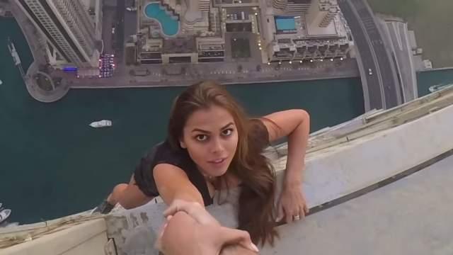 Модель Виктория Одинцова стала участницей пугающей фотосессии на крыше одного из небоскребов в Дубае, чем возмутила многих интернет-пользователей, посчитавших, что она показывает дурной пример детям.