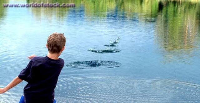 """Чемпионат по пусканию """"лягушек"""". Бросание камешков по воде с подсчетом количества """"плюхов"""" - это не только детская забава."""