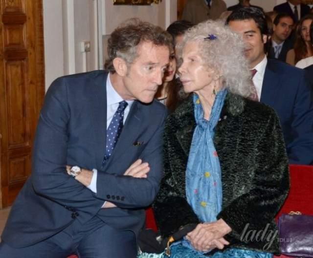 """В конце 2014-го герцогиню положили в больницу с острой пневмонией. Муж дежурил у ее постели дни и ночи, чем подкупил доверие самого непримиримого сына герцогини Альбы — Карлоса. """"Я хочу прожить с тобой еще 80 лет"""", — вот последнее, что сказала Каэтана в своей жизни на ухо Альфонсо."""