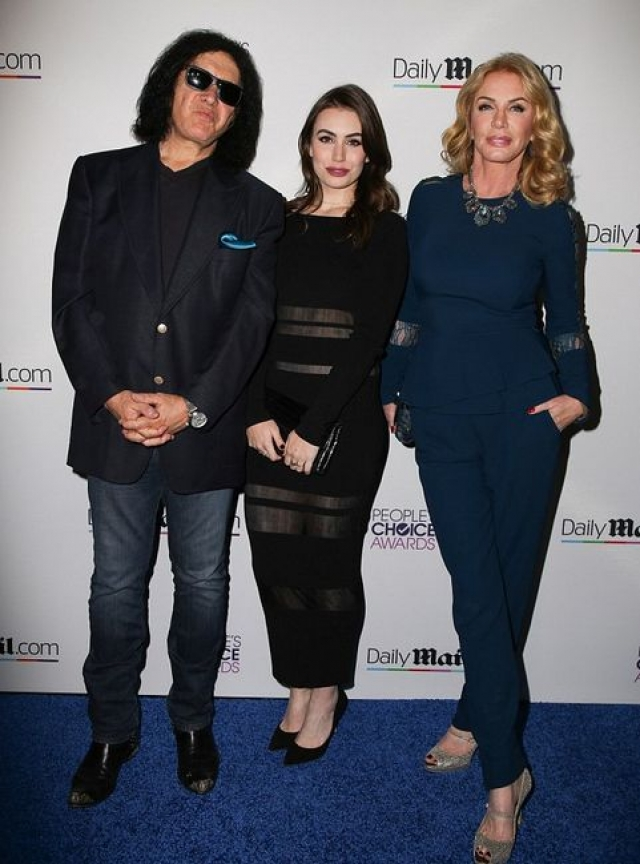 Шэннон Твид. Модель и актриса - супруга Джина Симмонса из Кисс. На фото пара с дочкой.