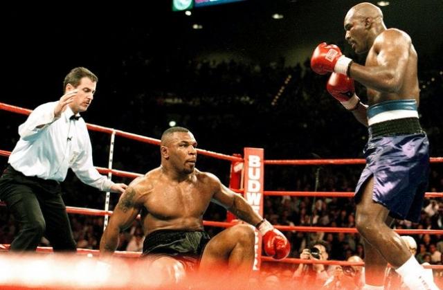 В ноябре 1996 года наконец состоялся долгожданный бой между Майком Тайсоном и Эвандером Холифилдом, подготовка к которому начиналась еще до того, как Майк угодил в тюрьму. Фаворитом в этом бою был Тайсон, однако Холифилд сумел удивить всех специалистов и любителей бокса, одержав трудную, но бесспорную победу.