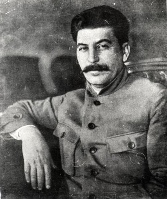 """9 апреля 1928 года в письме к жене Сталин написал: """"Передай Яше от меня, что он поступил как хулиган и шантажист, с которым у меня нет и не может быть больше ничего общего. Пусть живет где хочет и с кем хочет"""". К радости вождя, дочь Якова умерла во младенчестве, что привело к распаду его брака."""