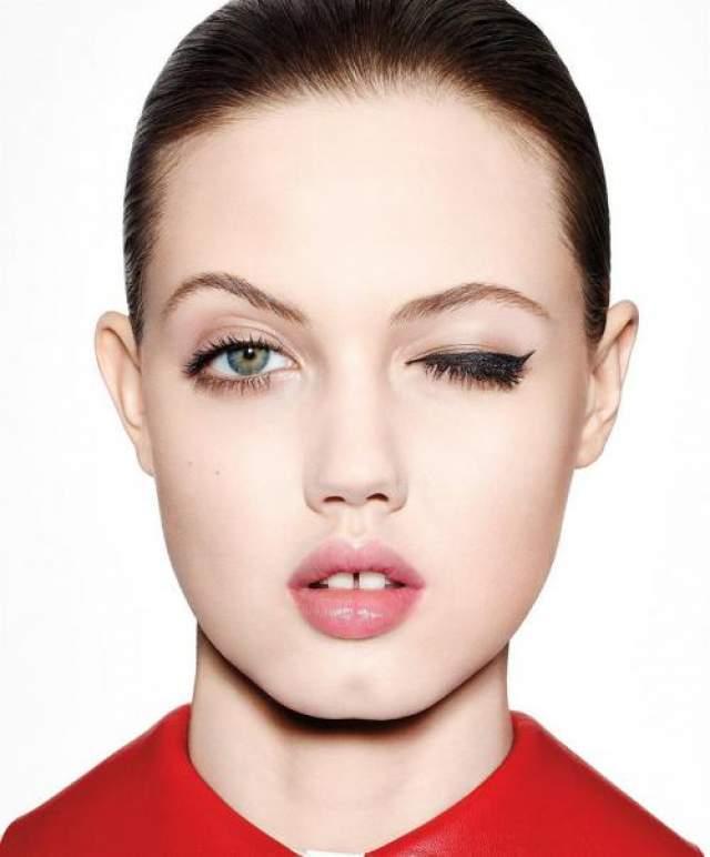 Ее нестандартная внешность привлекла внимание многих дизайнеров, но главной ее изюминкой, которая покоряет практически всех, являются глубокие ямочки на щеках и широкая расщелина между передними зубами.