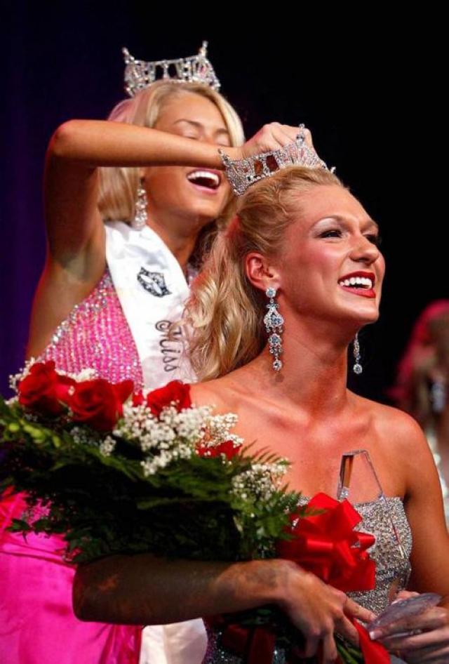 Мисс Южная Флорида 2008 Джессика Уиттенбрик рассказывала, что ее вечернее платье, в котором она выступала, конкурентки измазали помадой.