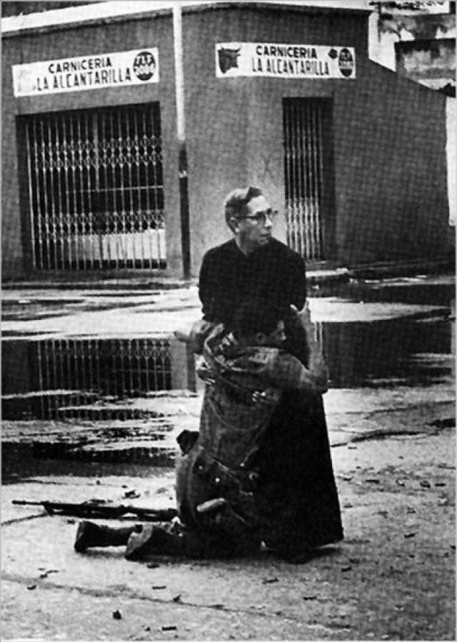 Восстание в Венесуэле. Священник Луис Падильо и солдат, раненый снайпером.