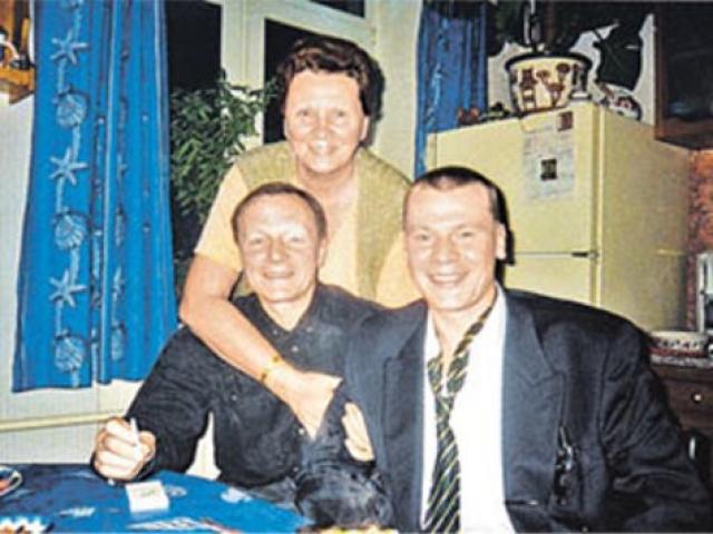 Так, 19 февраля Владислав Галкин снял в банке $136000, которые собирался потратить на ремонт в квартире, купленной после расставания с женой. По данным отца, актер хранил деньги дома (о чем предполагаемые заказчики и исполнители преступления могли знать).