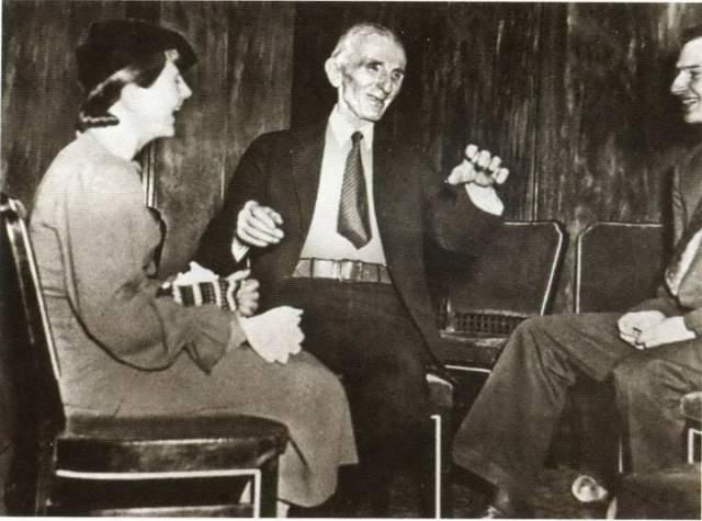 Никола Тесла. Умер в в Hotel New Yorker. Уже сходивший с ума к концу жизни изобретатель в области электротехники скончался в возрасте 86 лет в 1943 году в отеле, где провел последние 10 лет жизни. Причиной смерти в отчетах значится коронарный тромбоз.