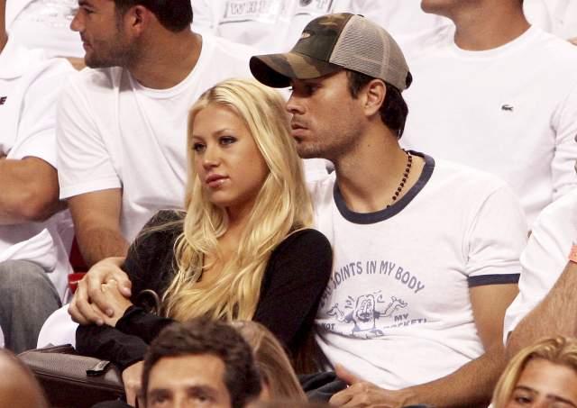 Энрике Иглесиас и Анна Курникова Русская теннисистка познакомилась с Испанским мачо в 2001 году во время съёмок клипа Энрике на песню Escape.