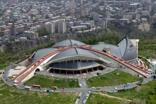 19 февраля 1985 года в Ереване загорелся Спортивно-концертный комплекс – гордость города. По стечению обстоятельств именно Шаварш оказался одним из первых, кто подоспел к горящему зданию.