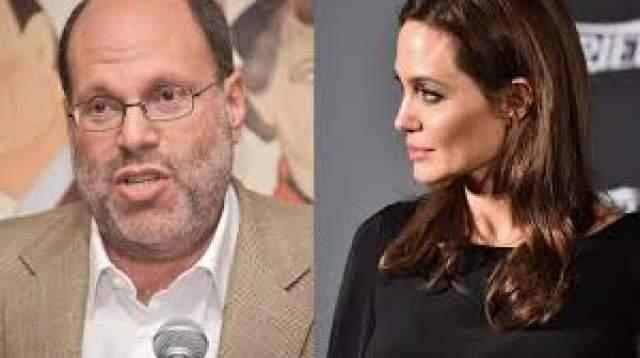 """После этого хакеры обнародовали письма из почты менеджеров студии Sony Pictures. В письмах кинопродюсеры критиковали Джоли, как в творческом, так и в личном плане. К примеру, продюсер Скотт Рудин называл знаменитую актрису бездарной и избалованной. В посланиях речь идет о фильме """"Клеопатра"""", разговоры о котором ведутся уже давно, но производство не запускалось."""