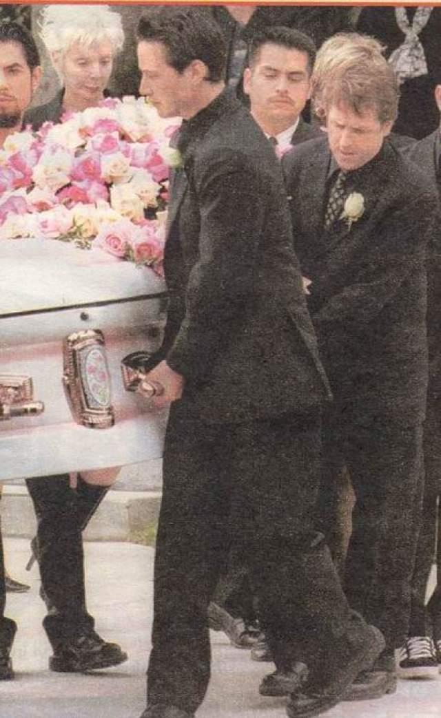 """""""Ее смерть потрясла нас и, в конечном итоге, разрушила наши отношения. Через полтора года погибла Дженнифер. С тех пор я избегаю серьезных отношений и не хочу иметь детей"""". ИР действительно, Киану Ривз так ни разу и не был женат. Детей у него тоже нет."""