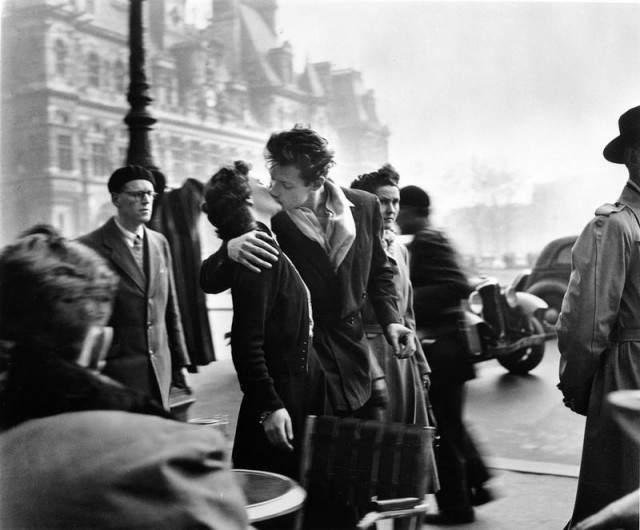 """К примеру, """" Поцелуй у здания муниципалитета """" - его работа. Фотография была сделана по заказу журнала """"Лайф"""" в 1950 году."""