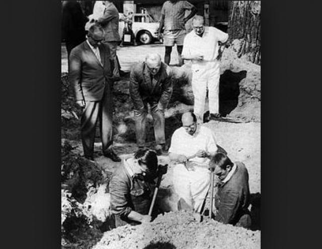 7 декабря 1972 года в ходе строительных работ в 12 метрах от указанного ранее места были найдены человеческие останки, в челюстях которых обнаружены стеклянные осколки, что дало повод предположить, что погибшие покончили с собой, отравившись цианистым калием.