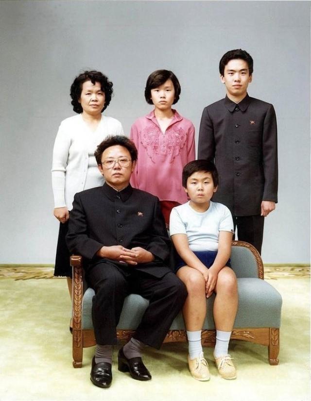 Ким Чен Ын (рядом с отцом), глава Северной Кореи.