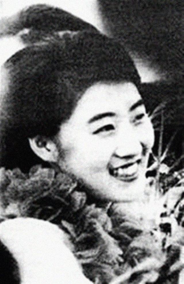 Следующей любовью Ким Чен Ира стала танцовщица Ко Ён Хи, родившая ему ещё двух сыновей. Именно она является матерью Ким Чен Ына, унаследовавшего власть отца.