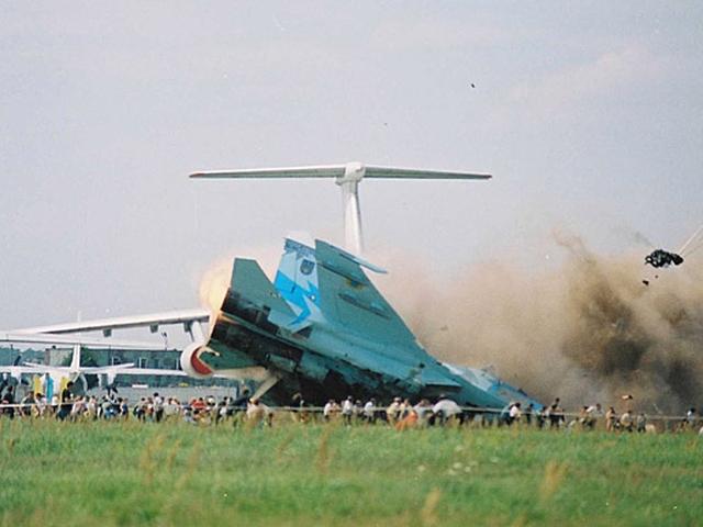 После этого некоторое время машина скользила по земле через летное поле, заполненное зрителями. Пилоты катапультировались.