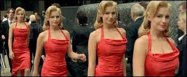 """При съемках эпизода """"Женщина в красном"""", когда Морфеус демонстрировал Нео симуляцию Матрицы, пришлось использовать пару десятков пар близнецов с одинаковой внешностью. Таким образом, создавалась иллюзия постоянно повторяющейся программы."""