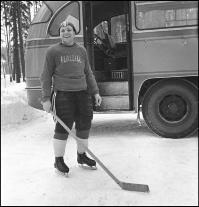 """Капитан хоккейной команды """"Наши"""" Юрий Гагарин ЦПК. Автор Смирнов Борис, 1963 год"""