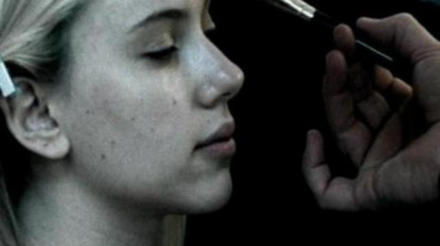 """Видео на первый сингл с альбома Скарлетт """"Falling Down"""" показывает один день из жизни актрисы и снят в стиле фильма """"Трудности перевода"""", который принес ей первую популярность."""