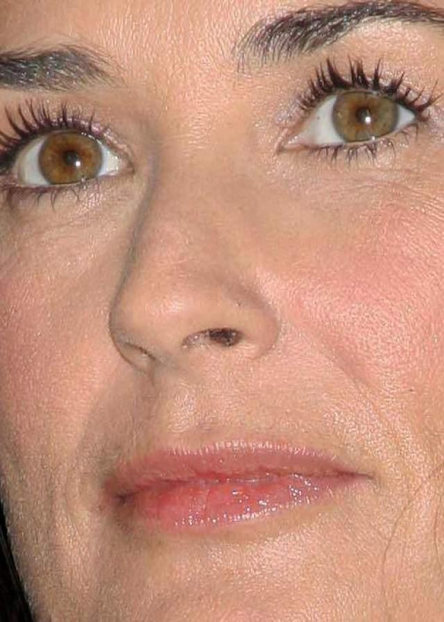 Деми Мур - частая гостья пластических хирургов, неудивительно,ч то ее кожа для такого возраста почти идеальна.