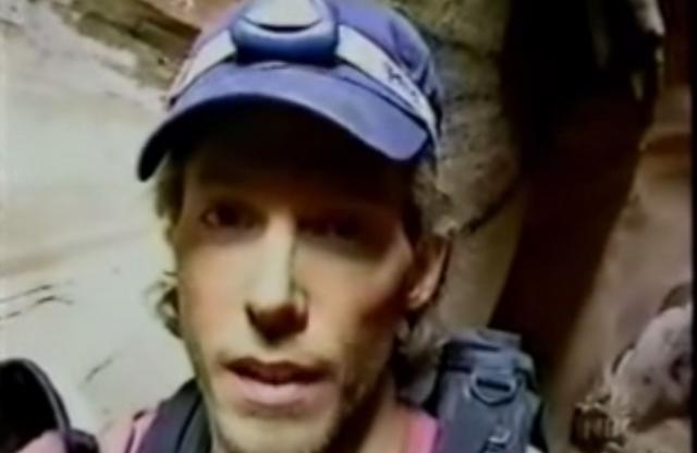 В мае 2003 года взбираясь на каньон Блю Джон, который находится в штате Юта, США альпинист Арон Ралстон защемил правую руку каменным валуном.