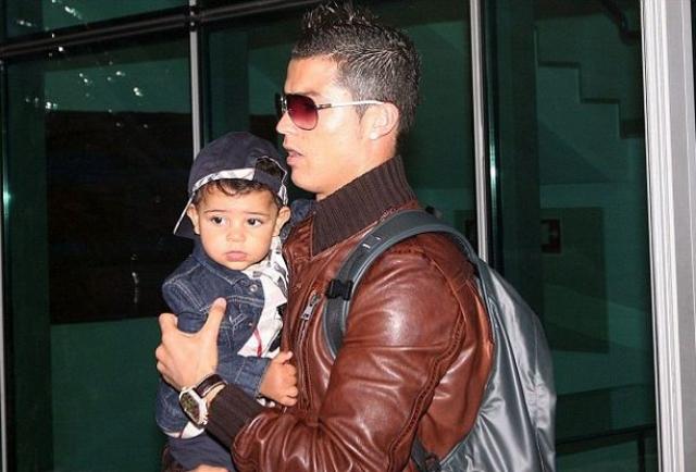 Криштиану Роналду. Знаменитый футболист, еще до начала романа с российской супермоделью Ириной Шейк, с 2010 года является отцом малыша Криштиану Роналду младшего.
