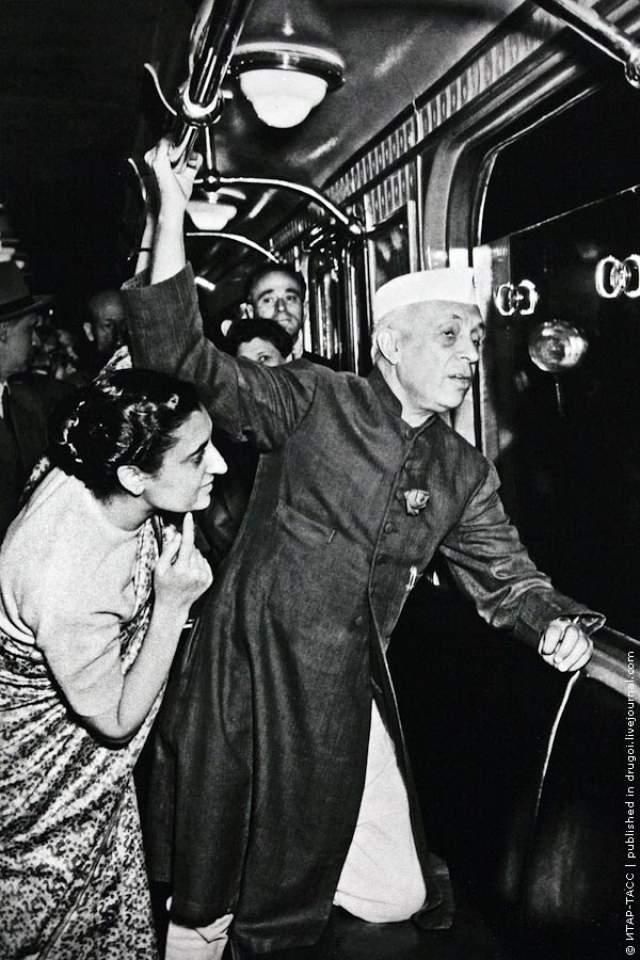 """1955 год, премьер-министр Индии Джавахарлал Неру приехал с дружеским визитом в Советский Союз: """"Хинди руси бхай бхай!"""". На фото он с дочерью впервые спустился в московское метро."""