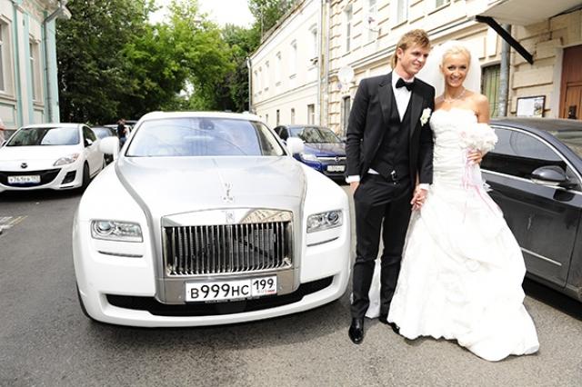 В 2011 году пара отметила пышную свадьбу на теплоходе. Медового месяца у молодоженов не было - Тарасов сразу же после свадьбы уехал на сборы.