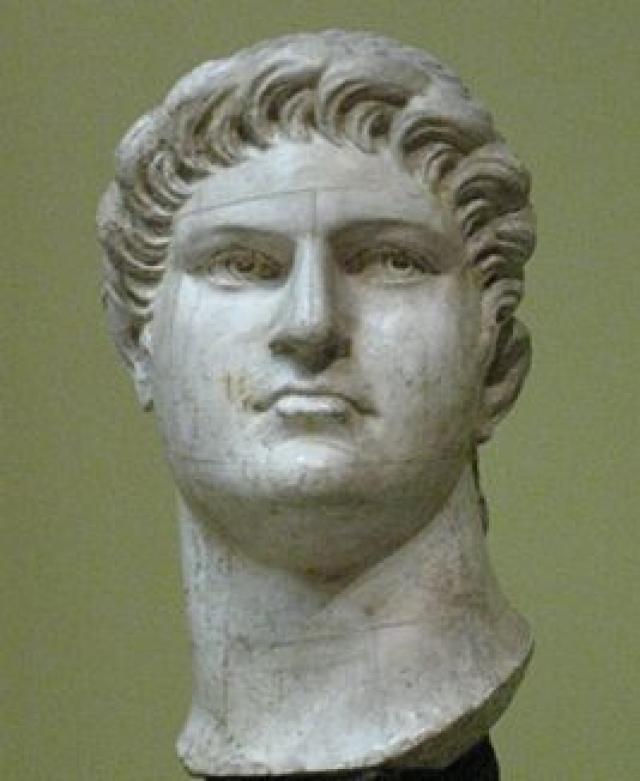 Согласно легендам, когда императору донесли о пожаре, он выехал в сторону Рима и наблюдал за огнем с безопасного расстояния. При этом Нерон был одет в театральный костюм, играл на лире и декламировал поэму о гибели Трои.