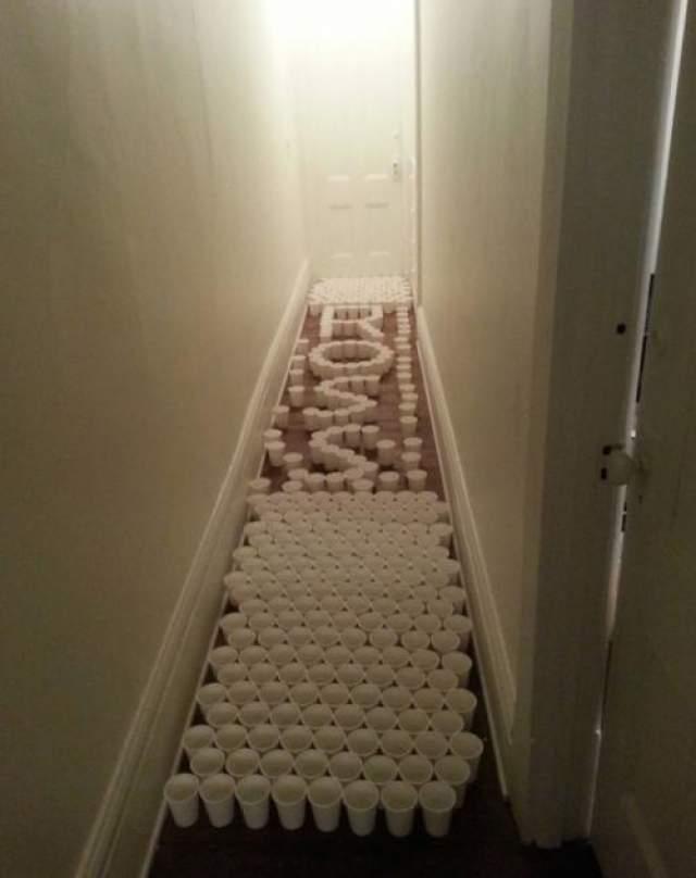 Восстание пластиковых стаканчиков Вашим домочадцам придется сильно постараться, чтобы для начала хотя бы просто выбраться из комнаты.