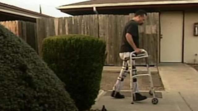 Во время лечения медсестра случайно заметила спазм одной из ног Дэвида, а позднее с помощью упражнений удалось полностью восстановить двигательные функции ног - после 20-летнего паралича Дэвид в прямом смысле встал и пошел.