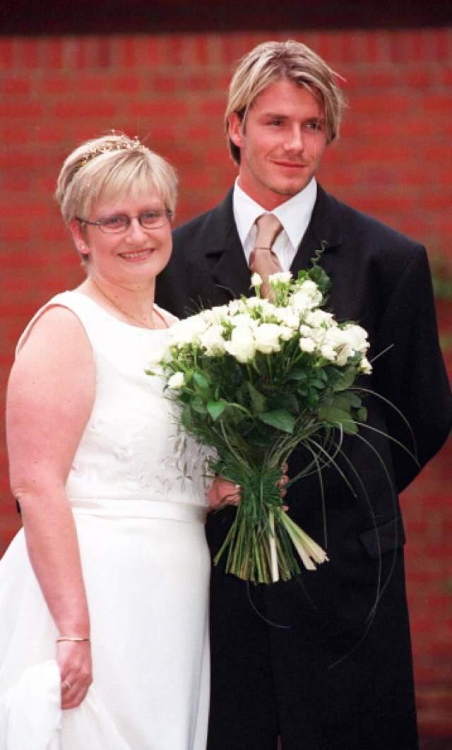 Дэвид (43) и Линн (44) Бекхэм. В 1995 году Дэвид Бекхэм был свидетелем на свадьбе сестры, а сегодня она живет на пособия, не имея денег даже на предметы первой необходимости.