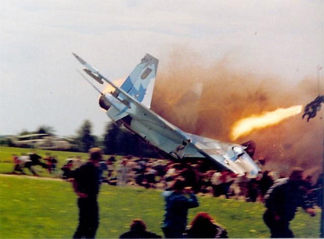Затем самолет задел стоявший на аэродроме Ил-76, начал кувыркаться, пластом рухнул на землю и полностью разрушился. На месте падения прогремел взрыв и возник сильный пожар.