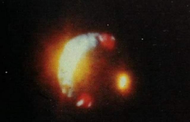 Ловиттаун, Пуэрто-Рико, 1980 Сотни людей видели этот объект, освещенный яркими огнями, летящий относительно низко над жилыми кварталами Левитана, Пуэрто-Рико, в 1980 году. Полицейский офицер Жозе Кордеро сделал около десяти снимков загадочного явления своим полароидом.