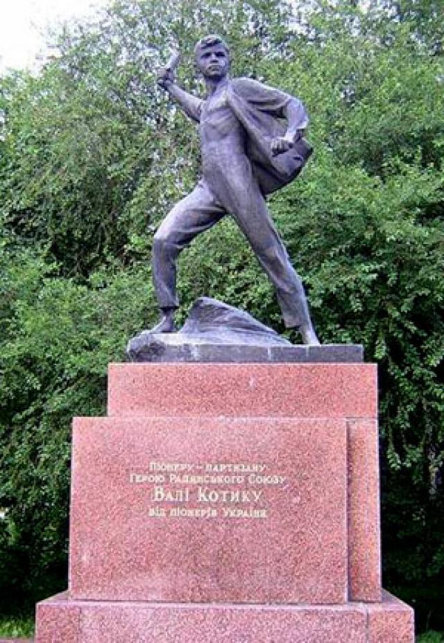 16 февраля 1944 года, через 5 пять дней после своего 14-летия, в бою за город Изяслав Каменец-Подольской ныне Хмельницкой области разведчик был смертельно ранен и на следующий день скончался.