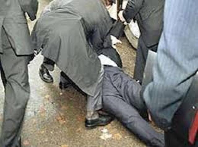 Немало конфузов было у свергнутого президента Украины Виктора Януковича . Однажды в него метнули яйцо. После попадания яйца на костюм Янукович упал на землю и был доставлен в местную больницу. Инцидент получил широкое распространение в сети и стал поводом для шуток на протяжении всей президентской кампании.