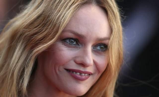 Ванесса Паради. Французская актриса, несмотря на свои нестандартные передние зубы, смогла стать кумиром на своей родине и получить титул одной из самых сексуальных знаменитостей.