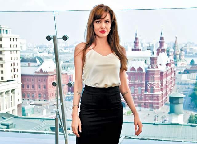 """2010 год, Анджелина Джоли приехала в кинотеатр """"Октябрь"""" на премьеру фильма """"Солт""""."""