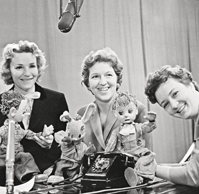 Самый первый вариант программы кардинально отличается о привычных : в нем нет кукол и мультфильма. Диктор читал текст за кадром, на экране демонстрировались рисунки. Затем появились кукольные спектакли и небольшие пьесы, в которых играли артисты МХАТа и театра Сатиры.