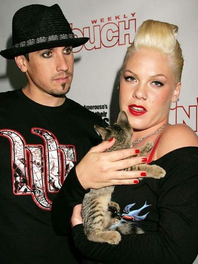 """19 февраля 2008 года агент Pink Майкл Швайцер сообщил журналу People, что певица и Харт расстались. """"Это решение было принято лучшими друзьями от чистого сердца и уважения друг к другу"""" , - сказал он."""