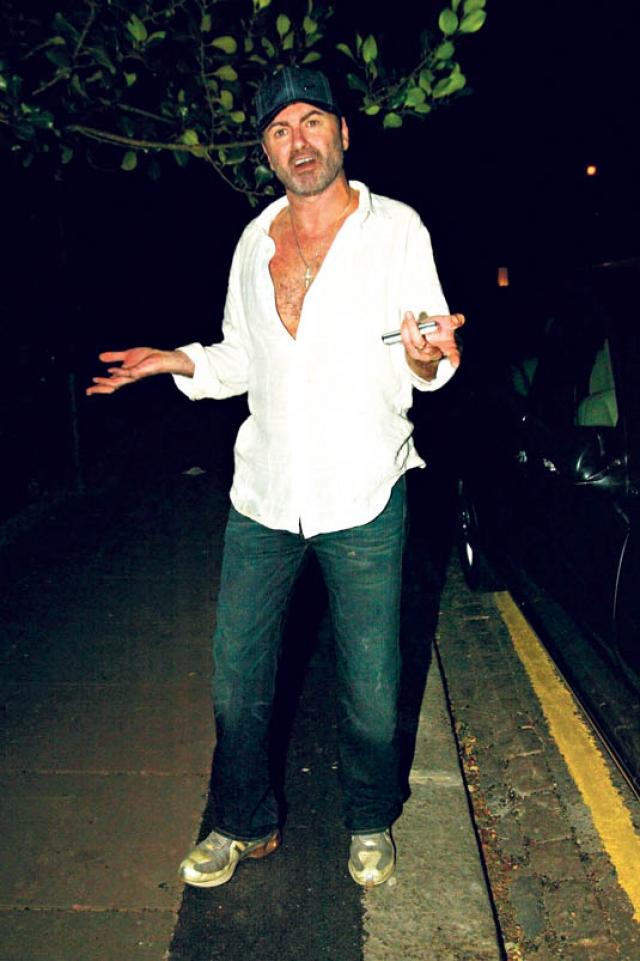 Джордж Майкл. Покойный исполнитель несколько раз попадался на сексе в общественных местах. Однажды журналисты обнаружила певца и его любовника в кустах, где они целовались, нежно обнимались и ощупывали друг друга