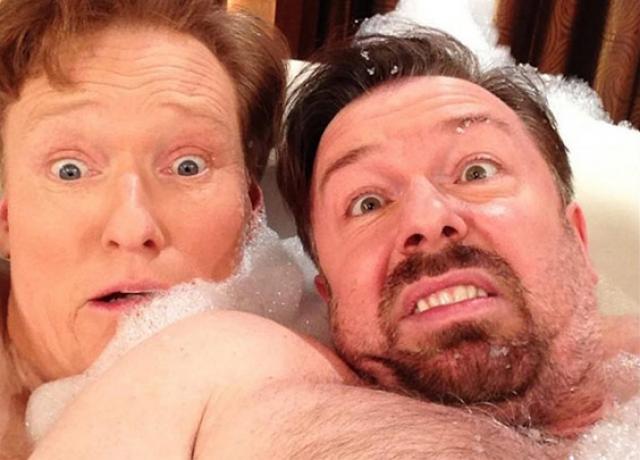 Конан О'Брайен и Рики Джервэйс. Почему комики оказались в одной ванной? Да еще и решили продемонстрировать это всему миру? Нет ответа.