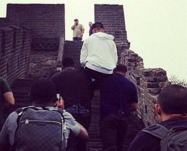 """Еще одна причина не любить Джастина Бибера : многие прозвали исполнителя """"дивой"""", после того, как увидели фото ,на котором охранники несут его на Великую Китайскую Стену."""