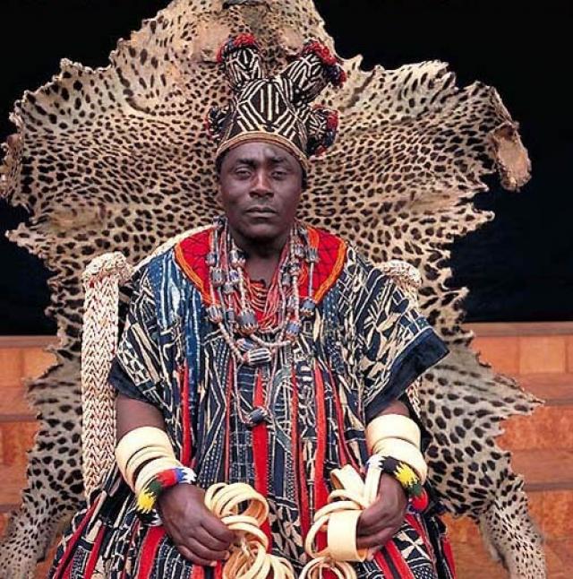 Хапи IV, король Бана. Эта королевская династия Камеруна связана с настоящей трагедией. В середине XII века ее первому королю пришлось отрезать голову собственной матери, чтобы доказать, что он не колдун.