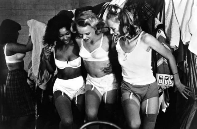 Николь Кидман и Наоми Уоттс . Австралийские актрисы подружились более тридцати лет назад, когда подростками снимались в рекламе купальников, после чего доехали домой на такси, оплатив его пополам.