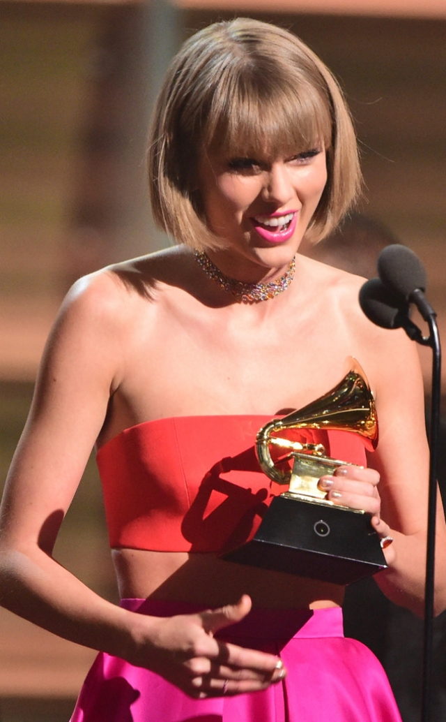 """Тейлор же, получая """"Грэмми"""", в своей речи прошлась по тем, кто пытается набрать популярность за счет чужой славы. После этого стало известно, что певица подала на рэпера в суд."""