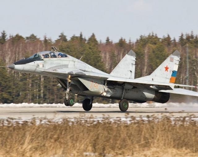 Ради забавы он купил и летает на двух самолетах-истребителях, в том числе на российском Миг-29.